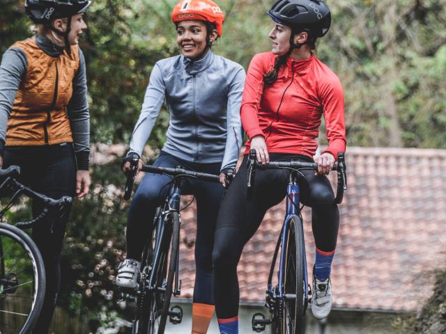 drei-fahrradfahrerinnen-unterhalten-sich