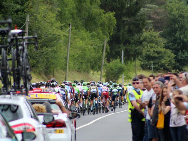 Strasse mit Teilnehmenden der Tour de France